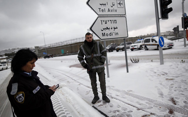 The 443 road into Jerusalem was closed due to snow, Jan. 7, 2015. (Yonatan Sindel/Flash90)
