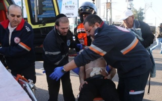 Medics evacuating an Israeli man injured in a stabbing attack on a Tel Aviv bus, Jan. 21, 2015. (Flash90)