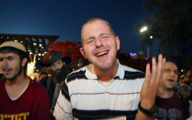 Israelis praying for the release of three Jewish teenagers in Rabin Square in Tel Aviv, June 15, 2014. (Gideon Markowicz/FLASH90)