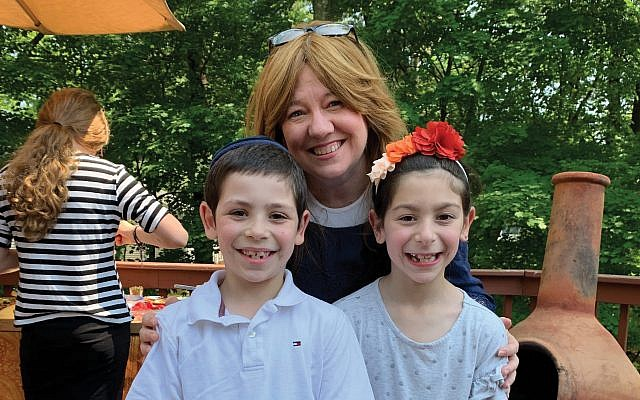 Rebecca Ertel with JEC students, 7-year-old twins Shaya and Nili Elstein, who turned out to be her cousins. Photos by Johanna Ginsberg