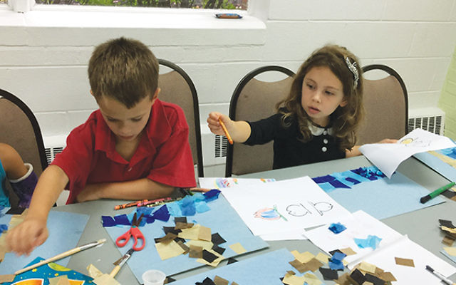 Kindergarten and first-grade students work together on art projects depicting Tashlich, at Temple Sholom of West Essex. Photos by Johanna Ginsberg