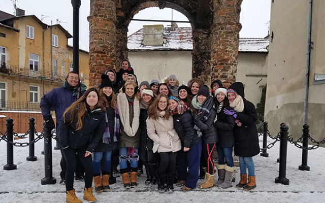 Rutgers University students in front of the burned-out synagogue in Tarnow.