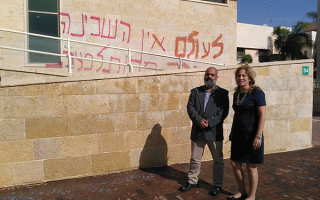 Orthodox Knesset Member Aliza Lavie, here with Kehilat Ra'anan executive director Yossi Cohen, came to the struggle to express support.