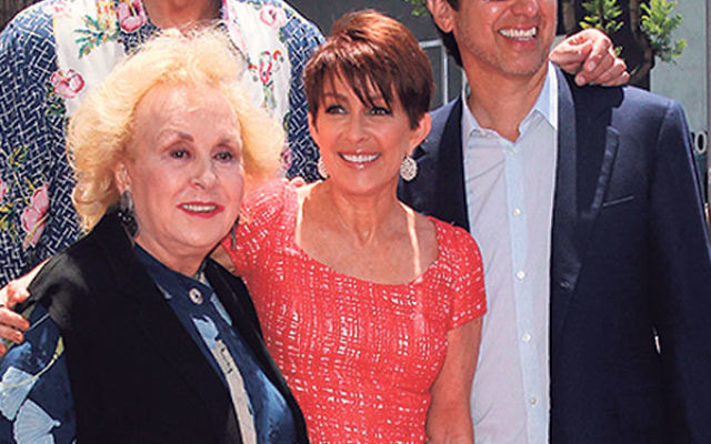 Doris Roberts with cast members of Everybody Loves Raymond