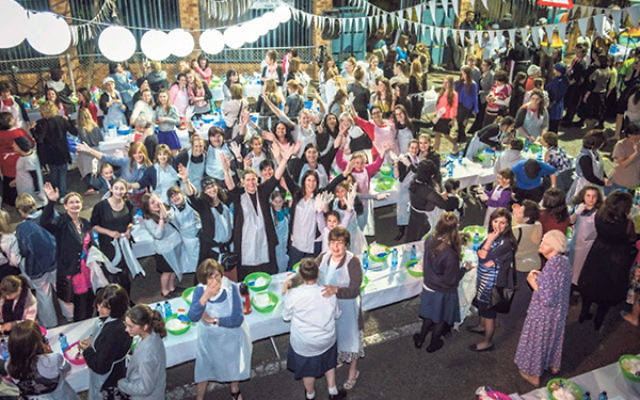 Over 3,000 mothers and daughters participated in South Africa's hallah bake that launched the 2013 Shabbos Project there.