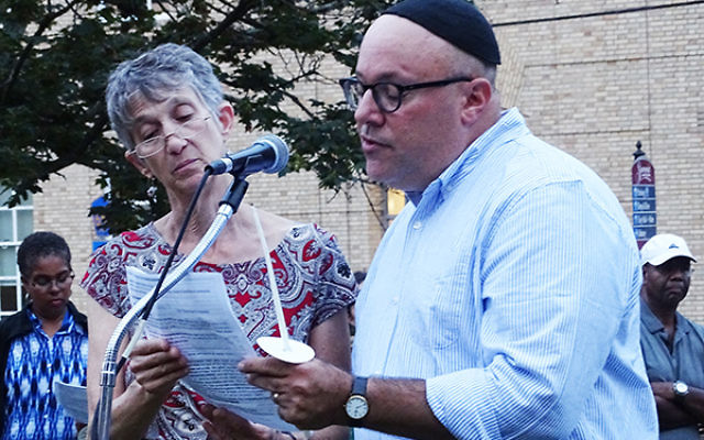 Summit Rabbis Hannah Orden and Avi Friedman led several hundred people in prayer. Photos by Robert Wiener
