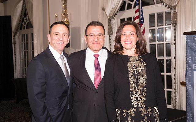 Dr. Salman Zarka, flanked by honorees Drs. Stuart Geffner and Renee Frankel. Photo by Robert Schneider