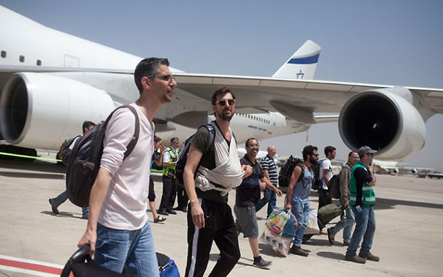 Israeli travelers with their newborn babies from surrogate mothers in Nepal disembarking from an Israeli rescue plane after it landed at Ben Gurion Airport near Tel Aviv, April 28, 2015. (Lior Mizrahi/Getty Images)