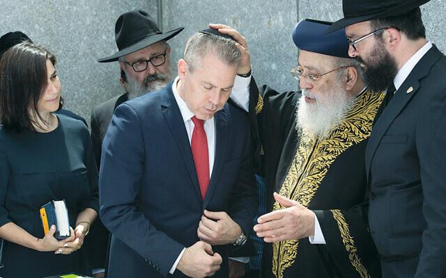 Pictured from left are Shlomit Erdan, Rabbi Yosef Carlebach, Ambassador Gilad Erdan, Chief Rabbi Shlomo Amar, and Rabbi Mendy Carlebach. (Shachar Azran)