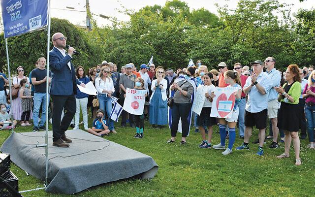 Rabbi Ari Isenberg address the crowd. (Jerry Siskind)