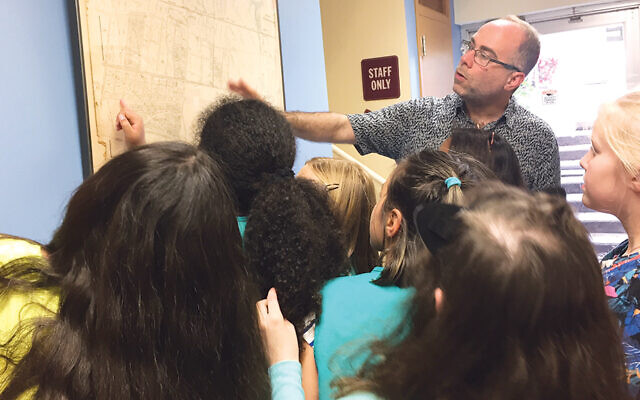 David Braun discussing Leonia's history of slavery with a group of Girl Scouts.