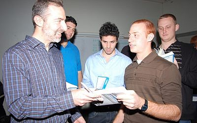 Saul Singer speaks with members of the Start-Up Nation birthright group.