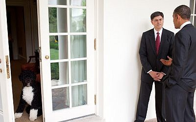 Jack Lew talks with President Barack Obama on the Colonnade of the White House (photo credit: White House/Pete Souza)