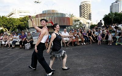 A couple teaches dancing in Dizengoff Square with the Agam fountain in the background (photo credit: Miriam Alster/Flash90)