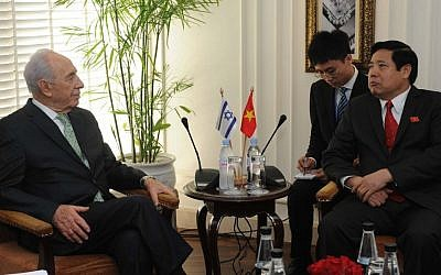 Vietnamese Minister of Defense Phung Quang Thanh (R) speaks with President Shimon Peres (L) during his visit to Vietnam last November (Photo by Mark Neyman/Flash90)