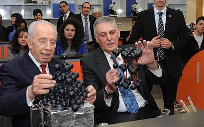 File: Technion professor and Nobel laureate Dan Shechtman shows then-president Shimon Peres how quasicrystals work in 2011. (Mark Neyman/GPO/Flash90)