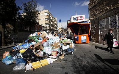 Garbage overflows in Jerusalem as the strike goes on, February 9 (Photo credit: Miriam Alster / Flash90)