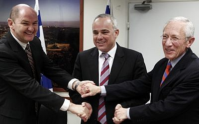 Peter Doyle (left) of the IMF meets with Finance Minister Yuval Steinitz (center) and Bank of Israel governor Stanley Fischer on Monday (photo credit: Uri Lenz/Flash90)