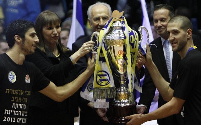 Shimon Peres presents the State Cup to Tel Aviv players (photo credit: Flash90)