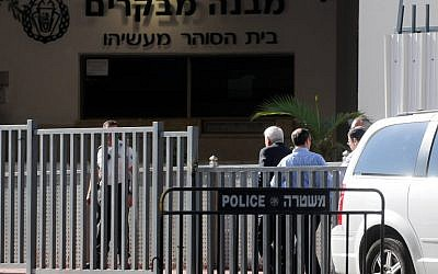 Moshe Katsav entering jail. (Yossi Zeliger/flash90)