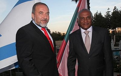 Foreign Minister Lieberman greeted his Maldivian counterpart, Ahmed Naseem, last May in Jerusalem (photo credit: Yossi Zamir/Flash 90)