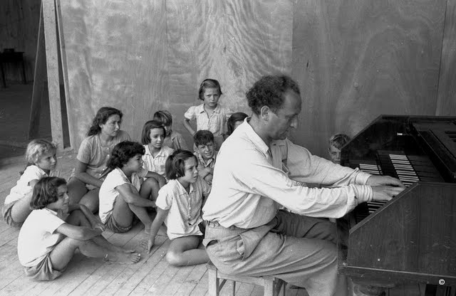 The pianist Frank Peleg in a Sabbath morning concert for the children of Ein Gev, 1940s. From the collection of Naftali Elbom. (Courtesy: Bitmuna)