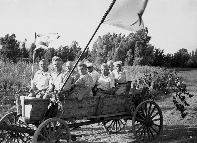 Jordan Valley old-timers during a May Day parade, 1940s. From the collection of Naftali Albom. (Courtesy: Bitmuna)