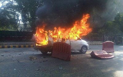 The car that was carrying Tal Yehoshua Koren burns outside the Israeli Embassy in New Delhi, February 2012 (photo credit: Joji Philip Thomas, via Twitter)