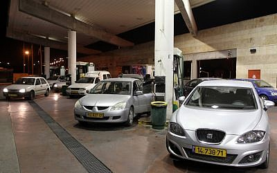 Motorists line up at a Jerusalem gas station before a price increase (photo credit: Nati Shohat/Flash 90)