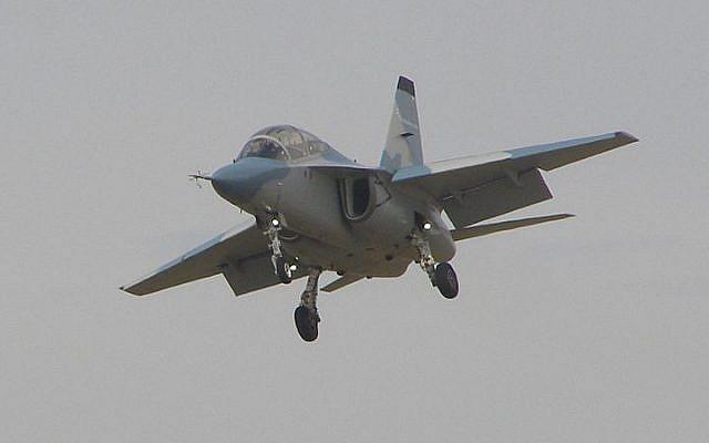 An Alenia Aermacchi M-346 in the air. (CC-BY-SA MilborneOne, Wikipedia)