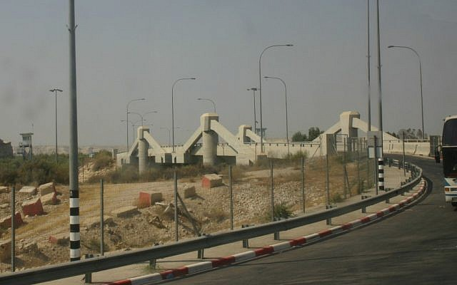 The Allenby Bridge border crossing seen from the Jordanian side. (Courtesy Abutoum, Wikipedia)