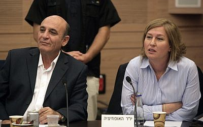 Tzipi Livni (right) and Shaul Mofaz at the Knesset (photo credit: Abir Sultan/Flash90)