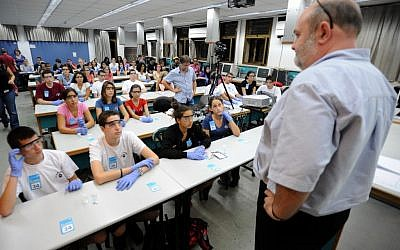 Israeli youth participate a mass chemistry experiment in Tel-Aviv University (photo credit: Gili Yaari/Flash90)