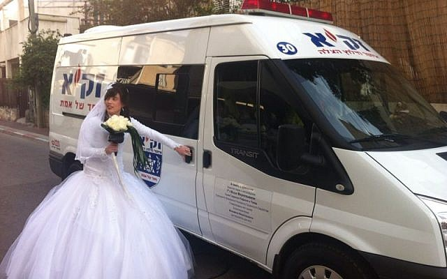 The bride mounts her carriage to the wedding (photo credit: Azriel Shnitzer)