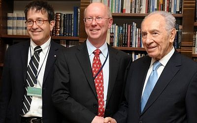 (right to left) President Shimon Peres, Broadcom CEO and president Scott McGregor, Broadcom vice president Dr. Shlomo Markel (photo credit: Moshe Milner/La'am)