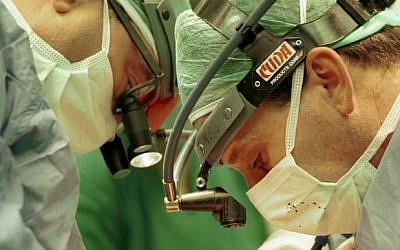 Doctors at Hadassah Medical Center perform lung surgery (photo credit: Nati Shohat/Flash90)