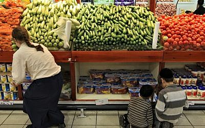 Shoppers at a Rami Levy supermarket (Nati Shohat/Flash90)