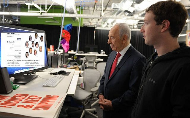 Shimon Peres checking out Friendster with Mark Zuckerberg. (Photo illustration: Moshe Milner/ GPO)