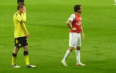 Yossi Benayoun (right) in action for Arsenal (photo credit: CC-BY Wonker/Flickr)
