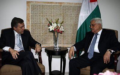 Mahmoud Abbas (right) and Yossi Beilin meet in Ramallah, August 2008 (photo credit:  Omar Rashidi/FLASH90)