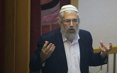 Rabbi Mordechai (Motti) Elon speaking in a Jerusalem synagogue, August 2010 (photo credit: Kobi Gideon/Flash90)