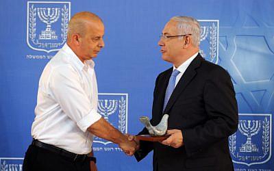 Former Shin Bet chief Yuval Diskin (left) and Prime Minister Benjamin Netanyahu in 2011 (photo credit: Moshe Milner/GPO/Flash90)