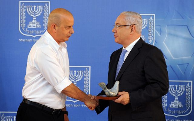Former Shin Bet chief Yuval Diskin (left) and Prime Minister Benjamin Netanyahu in 2011 (photo credit: Moshe Milner/GPO/Flash90)