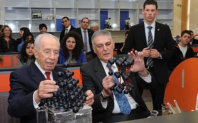 Shechtman and President Shimon Peres at the Madatech science park in Haifa last year. (photo credit: Mark Neyman/ GPO/Flash90)