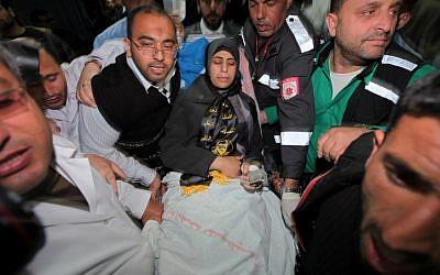 Palestinian deportee prisoner Hanaa Shalabi (C) arrives at the al-Shifa hospital in Gaza City )photo credit: Wissam Nassar/Flash90)