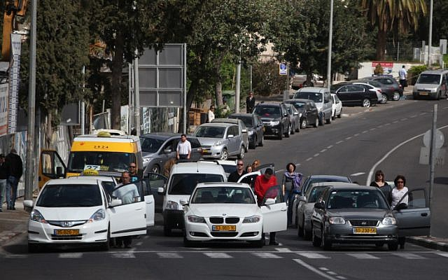 Jerusalem residents pause during a two-minute siren in memory of victims of the Holocaust on Thursday (photo by: Avishag Shar Yashuv/Flash90)