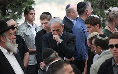 Prime Minister Benjamin Netanyahu (center) mourning the death of his father, Benzion, at his funeral Monday evening (photo credit: Yossi Zamir/Flash90)
