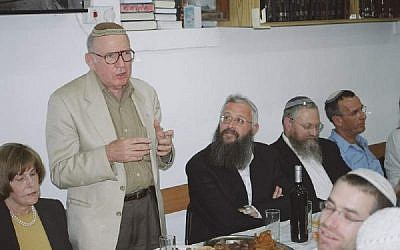 Irving Moskowitz speaking at Beit Orot, November 2011. (CC BY-SA Mazel 123, Wikimedia Commons)