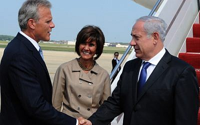 Ambassador Michael Oren (left) welcomes Prime Minister Netanyahu to Washington for a 2010 state visit (photo credit: Moshe Milner/GPO/Flash90 )