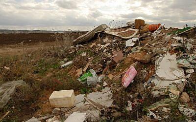 An illegal garbage dump (photo credit: Gili Yaari/Flash 90)